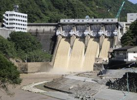 基準量の約6倍に当たる水が放流された鹿野川ダム=9日、愛媛県大洲市