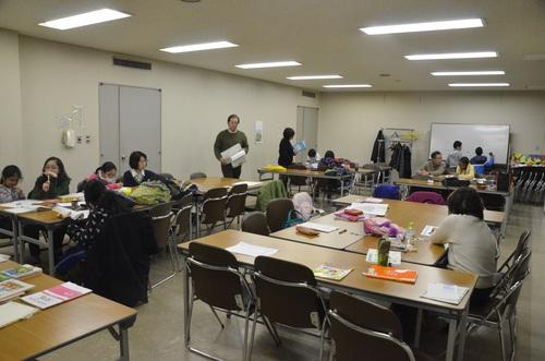 教室風景。中央の男性が智彦さん