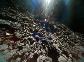 はやぶさ2から放出した、小型ロボットから撮影した小惑星りゅうぐうの地表(JAXA提供)