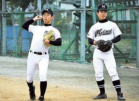 静岡大会を制した藤枝明誠の久保田(左)、服部のバッテリー。2人とも進学を見据えて練習を続けている=藤枝明誠高