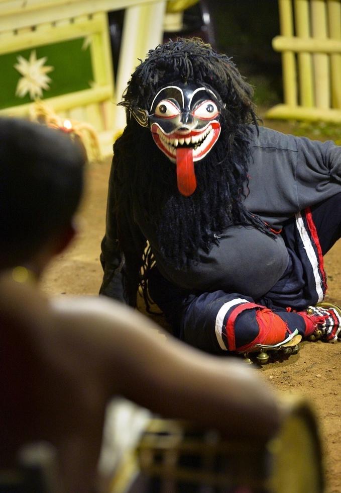 悪魔払いの儀式で、呪術師(手前)と軽妙なコントを演じる黒悪魔=スリランカ南部ヒッカドゥワ(撮影・村山幸親、共同)