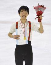 男子で優勝し、笑顔の鍵山優真=コーセー新横浜スケートセンター
