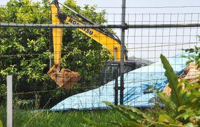 陸上自衛隊配備で造成工事が再開され、パワーショベルで土を運ぶのが確認された=25日午前11時40分ごろ、石垣市平得大俣