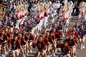 汗ばむほどの陽気の中、本番さながらの踊りを繰り広げる踊り子たち=藍場浜エントランスステージ