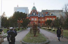 「赤れんが庁舎」として親しまれている国重要文化財「北海道庁旧本庁舎」=22日午後、札幌市