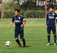 千葉戦での初出場&初ゴールに意欲を見せる福岡の木戸(左)