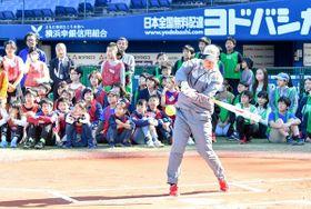 バッティングを披露するソフトボール女子の日本代表選手=横浜スタジアム