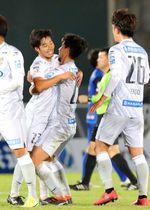 富山―AC長野 試合後に喜び合う決勝ゴールの大城(左から2人目)らAC長野の選手