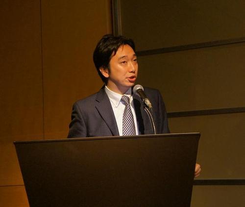 フラッグフットの発展に情熱を注ぐ佐藤壮二郎事務局長=17日、都内ホテル