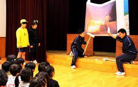 たたら製鉄の紙芝居を基にした劇を披露する加計高生