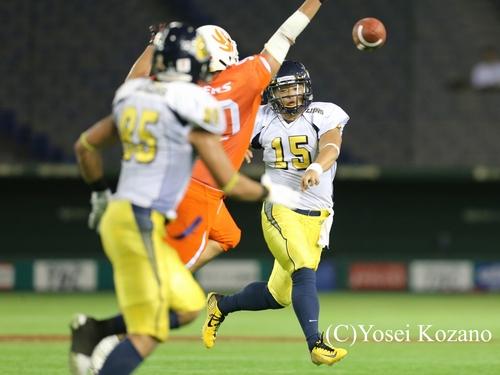 3Q、左へロールしながらパスを投げるオール三菱のQB谷口=撮影:Yosei Kozano、8月25日、東京ドーム