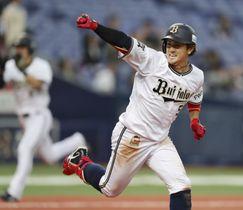 9回オリックス2死満塁、小田が左前にサヨナラ打を放ちガッツポーズ=京セラドーム