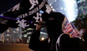 政府に抗議するデモ参加者=12日、香港(ロイター=共同)