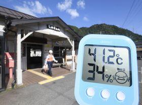 猛暑で40度を超える気温を示す温度計=2018年8月、岐阜県下呂市の飛騨金山駅前