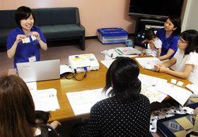 講座で食物アレルギーに関する質問に答える益子代表(左)=長崎市、出島交流会館