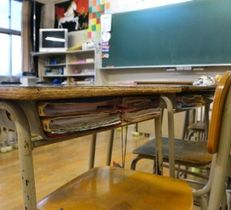 福岡県古賀市の古賀北中の教室で、机の中に置かれたままの教科書やプリント