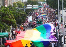 2017年10月、台北市内で行われたLGBTの権利確立を訴える街頭パレード(中央通信社=共同)