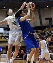 第4クオーター9分、白鴎大の上田(中央)がファウルを受けながらシュートを決め、バスケットカウントを得る=大田区総合体育館