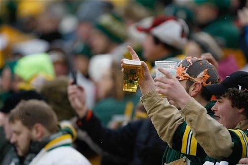 NFLの各スタジアムで売られているビールは価格、容量ともにまちまち=写真提供・NFLジャパン