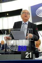 18日、フランス・ストラスブールの欧州連合(EU)欧州議会で話すユンケル欧州委員長(ロイター=共同)