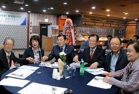 今後の活動方針を話し合う中谷支部長(左から2人目)と韓支部長(同3人目)たち