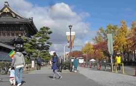 市道(右)と一体的に緑地に整備される東本願寺門前=京都市下京区