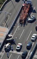伊勢湾岸自動車道下り線で複数の車が巻き込まれた事故の現場=22日午後0時59分、愛知県弥富市(共同通信社ヘリから)