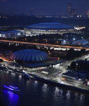 サッカーW杯ロシア大会で開幕戦が行われるルジニキ競技場(上)=12日、モスクワ(共同)