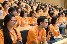 「第32回JAPAN TENT―世界留学生交流・いしかわ2019」の歓迎式典に参加した留学生=22日午後、金沢市
