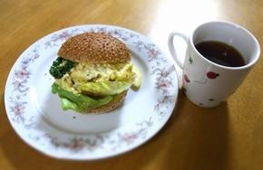 """志布志湾で水揚げされたハモをPRするため、""""ご当地バーガー界""""に名乗りをあげた「ハモ・バーガー」。撮影後おいしくいただきました"""