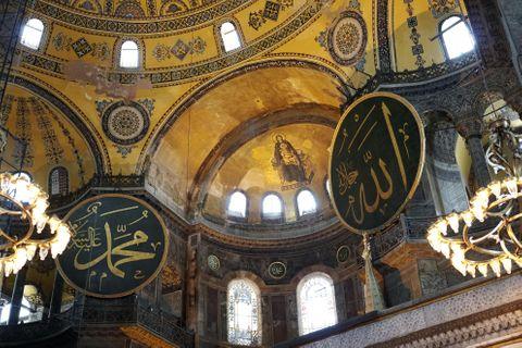 トルコ・イスタンブールのアヤソフィア内部に残るキリスト教のモザイク画(中央)とイスラム教の装飾(二つの丸い円盤)=6月9日(共同)