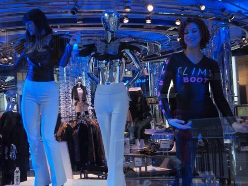 ファッションブランドのショップのショーウィンドウで踊る女性たち=撮影:Hiroshi Ikezawa、30日、ニューヨーク