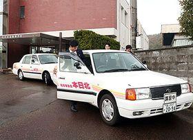 エコドライブを意識して運転するため車に乗り込む参加者