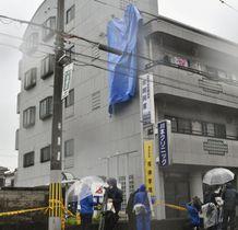 女児が転落したとみられる現場のマンション=23日午後、大阪府高槻市(画像の一部を加工しています)