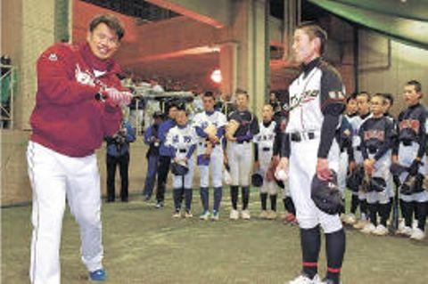 バットを握って中学生にアドバイスする今江選手