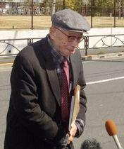 中川智正死刑囚に面会後、取材に応じる毒物学者のアンソニー・トゥーさん=13日、東京拘置所前
