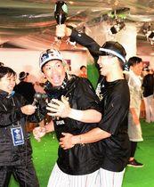 頭からシャンパンを浴びる松田宣