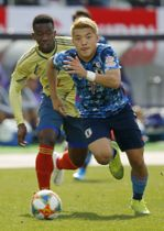 東京五輪に挑む日本代表の中心選手として活躍が期待される堂安律(手前)