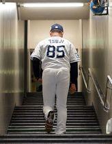 肩を落としながら長い階段を上ってロッカールームへ向かう西武・辻監督(撮影・冨永豊)