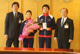 遠藤市長(右端)から激励を受けた今村菜子さん(左から2人目)と一歩さん(同3人目) =座間市役