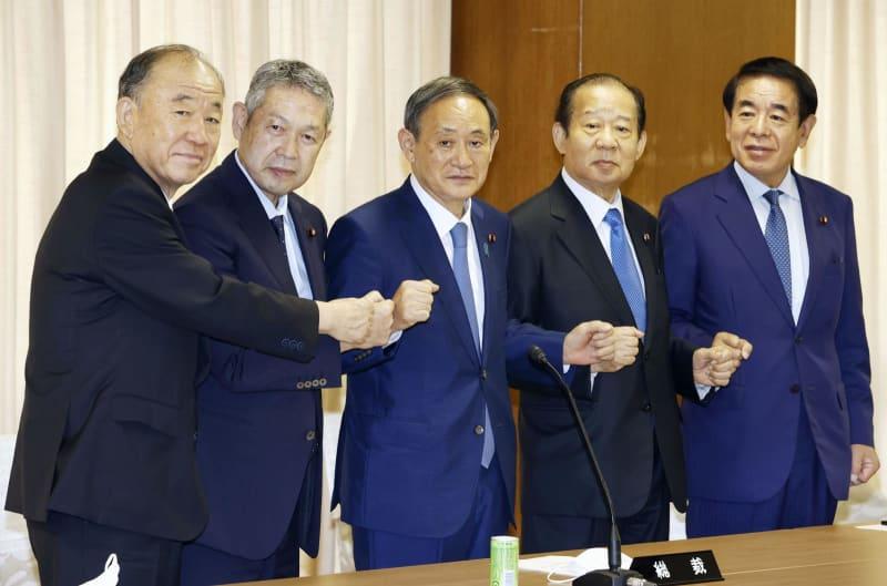 男性ばかりの自民党新四役と菅義偉総裁(中央)=15日、東京・永田町の党本部