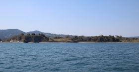 海上の船から眺めた原城跡の風景。左は本丸跡=南島原市南有馬町沖
