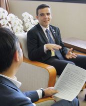 【鈴木知事(手前)に研修の意気込みを語るホクファさん=三重県庁で】
