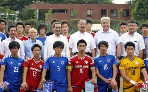 定期戦の開始前に記念撮影する日体大、朝鮮大学校のサッカー部員と関係者。2列目左から3人目が松浪健四郎・日体大理事長、同4人目が韓東成・朝大学長=10日、東京都小平市の朝大
