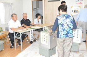 真備総仮設団地で参院選の期日前投票を行う有権者