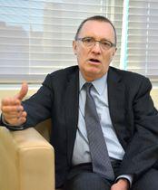 13日、ニューヨークの国連本部で共同通信の単独取材に応じるフェルトマン事務次長(共同)
