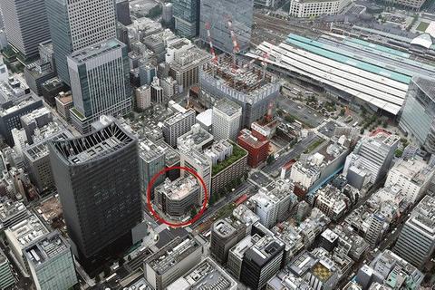 総務省の「移住・交流情報ガーデン」が入るビル(円印)。右上はJR東京駅=本社ヘリ「まなづる」から