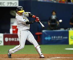 8回阪神無死満塁、代打大山が中前に勝ち越し打を放つ=京セラドーム