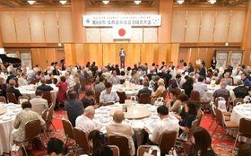 大勢の同窓生が出席した福岡市立福翔高の全国合同同窓大会=昨年6月、福岡市(同窓会提供)