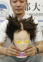 開発された整髪剤(左側)と従来品の比較=20日、京都市